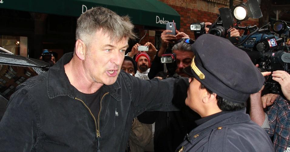 15.nov.2013 -  Alec Baldwin cria caso com o paparazzo que o perseguia em Nova York