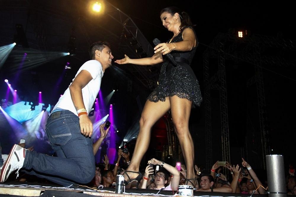 15.nov.2013 - Fã beija os pés de Ivete Sangalo em show durante o Caldas Country