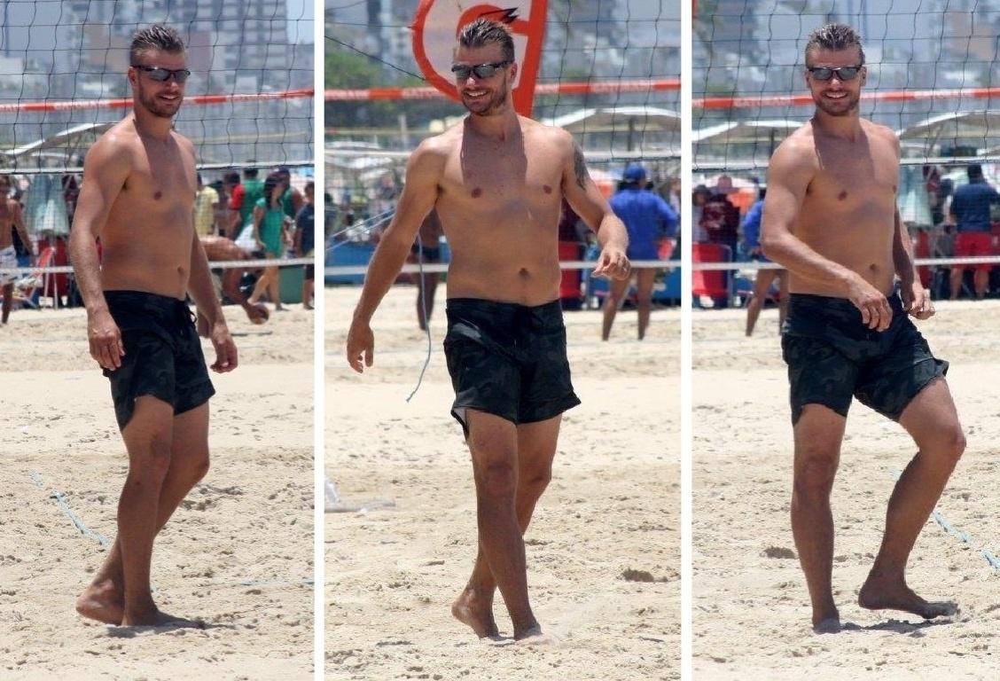 16.nov.2013 - Na quente tarde deste sábado (16), Rodrigo Hilbert é clicado jogando vôlei sem camisa na Praia do Leblon, no Rio. O ator estava disputando uma partida com os seus amigos cariocas