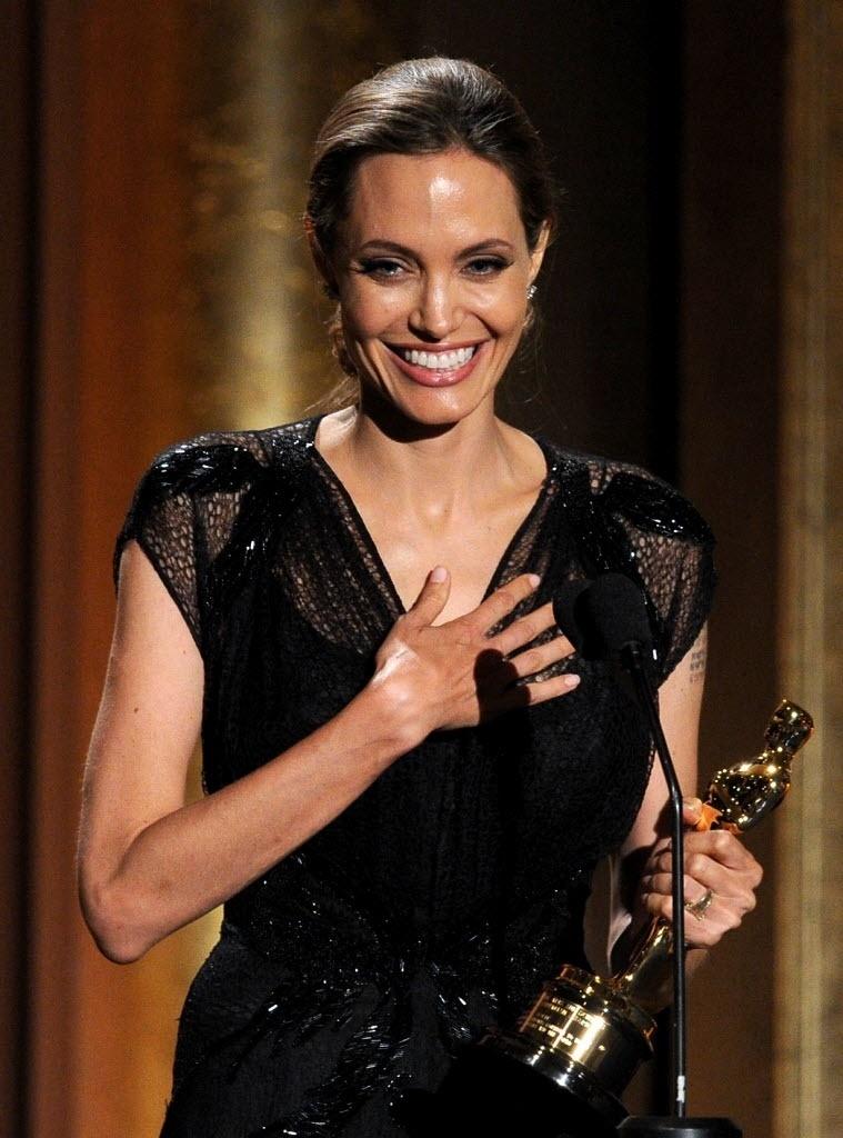 16.nov.2013 - Angelina Jolie recebe Oscar honorário por trabalho humanitário