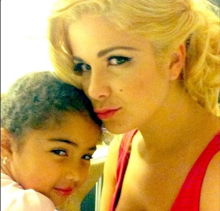 19.nov.2013- Samara Felippo fica loiríssima para viver Marilyn Monroe no teatro.