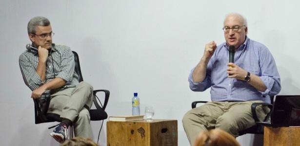 O biógrafo americano Laurence Bergreen (dir.), observado pelo jornalista Mário Magalhães, em palestra no Festival Internacional de Biografias, em Fortaleza