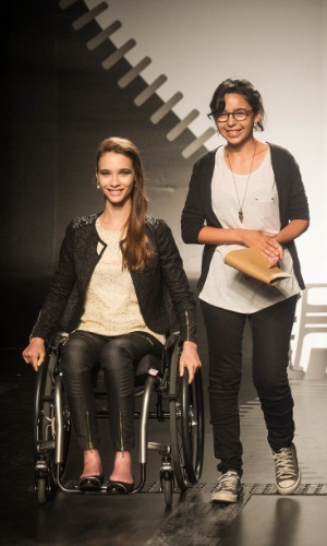 19.nov.2013 - A vencedora do Concurso Moda Inclusiva é Patricia Helena Galves, que entra ao final do desfile ao lado de sua modelo