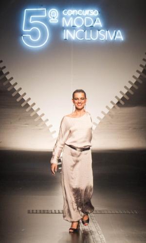 19.nov.2013 - Manishi Joshi criou um vestido longo branco com uma só manga