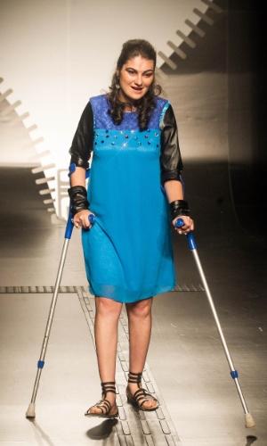 19.nov.2013 - Maria Cecilia C. Veiga criou um look com mangas de couro que protegem o braço da modelo das muletas