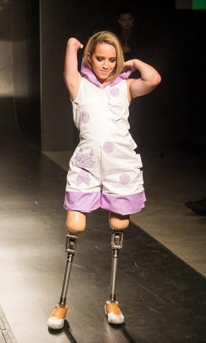 19.nov.2013 - Modelo retira o capuz do look criado pela participante Mariane Yukari Hasheda