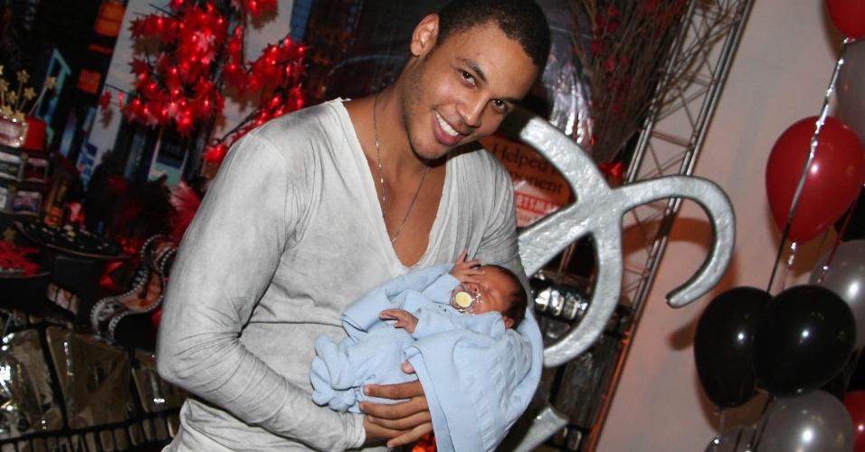 19.nov.2013 - Namorado de Simony, Patrick Silva segura o filho recém-nascido, Anthony