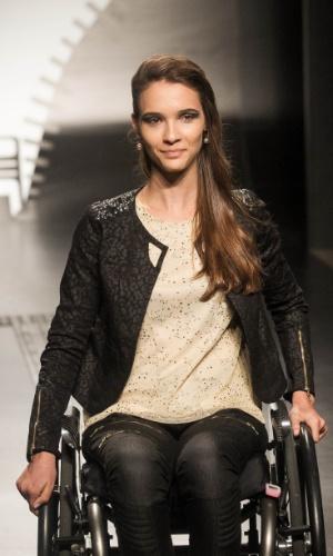 19.nov.2013 -  Modelo exibe o look vencedor da participante Patricia Helena Galves