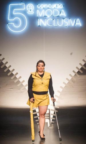 19.nov.2013 - A participante Silvana Hetzl criou uma capa para a muleta combinando com o look