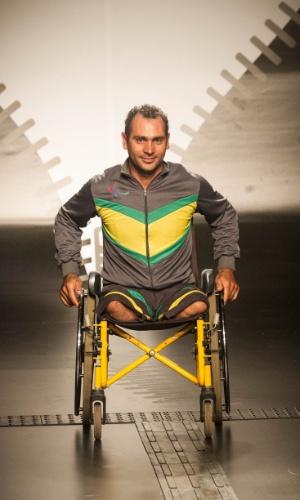 19.nov.2013 - Amanda Roberta Ferreira criou um look masculino esportivo em cinza com recorte em verde e amarelo