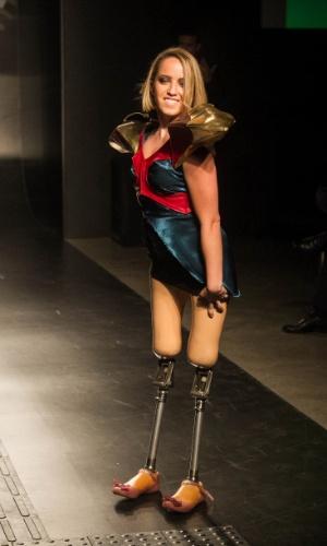19.nov.2013 - Modelo posa com a criação futurista da participante Aryane Andrade Angelis de Mello