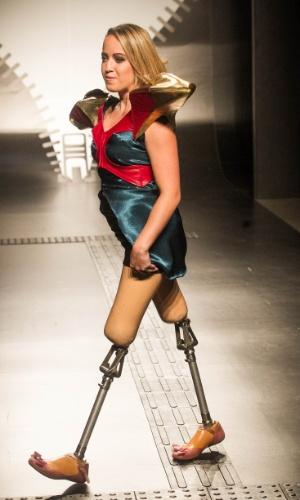 19.nov.2013 - Modelo com pernas mecânicas desfila o look criado por Aryane Andrade Angelis de Mello