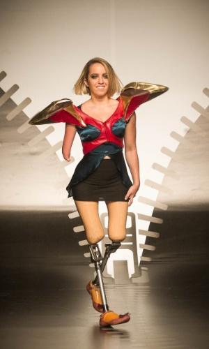 19.nov.2013 - Aryane Andrade Angelis de Mello apresentou um look futurista no Concurso de Moda Inclusiva
