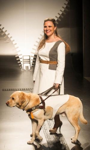 19.nov.2013 - Camila Martins Casagrande combinou a roupa do cão guia com a da modelo cega