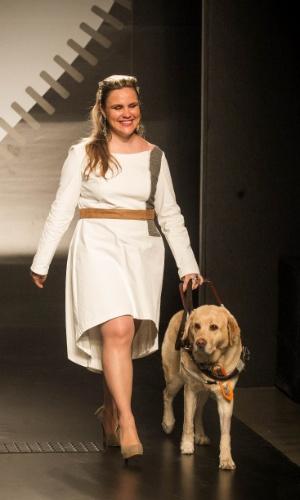 19.nov.2013 - Camila Martins Casagrande trouxe tendências de moda para o Concurso Moda Inclusiva e apresentou um look todo branco com saia mullet