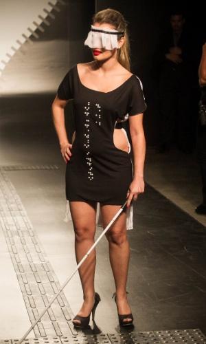 19.nov.2013 - Modelo desfila look criado por Carine Souza Mariano Rodrigues