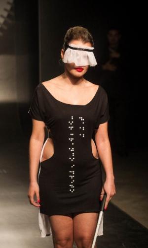 19.nov.2013 - Carine Souza Mariano Rodrigues criou um acessório de cabeça para a modelo cega