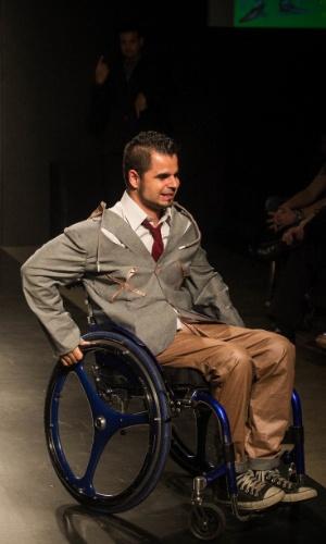 19.nov.2013 - Modelo mostra na cadeira de rodas o look de Eligolande
