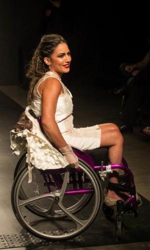 19.nov.2013 - Francine Juliana Cavalcanti criou um look em que a capa pode ser retirada e enfeitar a cadeira de roda