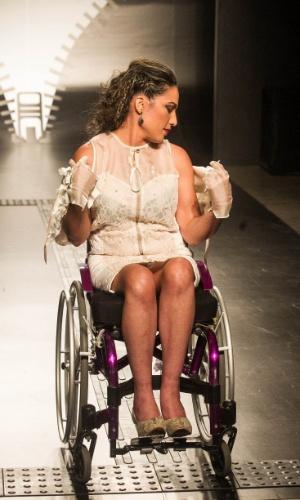19.nov.2013 - Francine Juliana Cavalcanti criou um look com capa. Na foto, a modelo mostra como retirá-la com facilidade