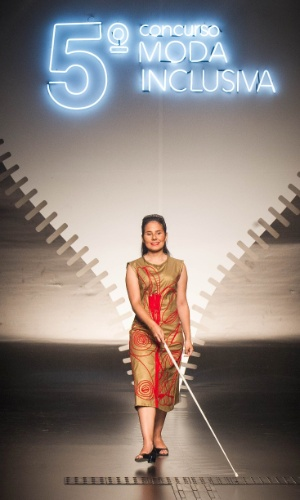 19.nov.2013 - Luiz Eduardo Calçado criou um vestido dourado com bordados vermelhos para o Concurso Moda Inclusiva