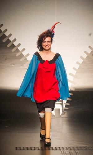 19.nov.2013 - Maria Geralda C. de Oliveira criou um look em azul e vermelho para o Concurso Moda Inclusiva