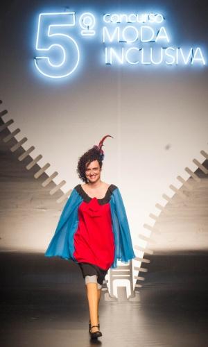 19.nov.2013 - Modelo desfila criação da participante Maria Geralda C. de Oliveira