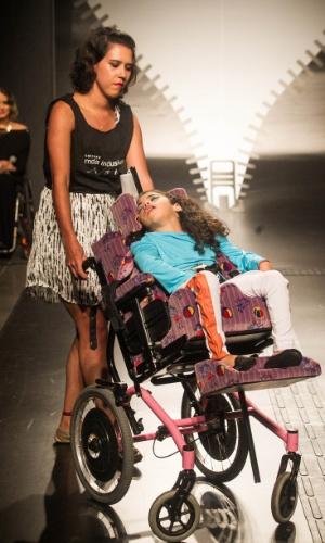 19.nov.2013 - Mariana Costa da Silva criou um look em azul, branco e laranja para o Concurso Moda Inclusiva