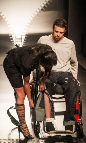 19.nov.2013 - Modelo mostra as adaptações feitas no jeans no look do participante Nadir Rodrigues de Almeida