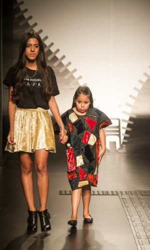 19.nov.2013 -  Raissa Lopes de Santana criou um vestido com recortes coloridos em veludo para a modelo cega