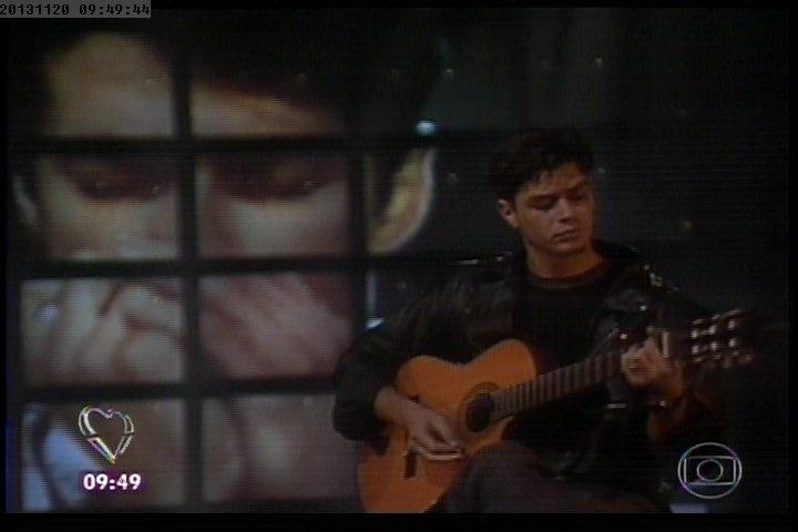 20.nov.2013 - Marcelo Serrado toca gaita ao lado de Fábio Assunção, que toca violão, em imagem de arquivo do