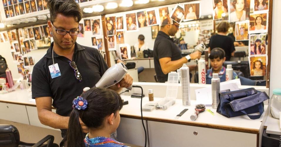 14.nov.2013 -  A atriz Cinthia Cruz (Cris) se prepara para entrar em cena nos bastidores da novela