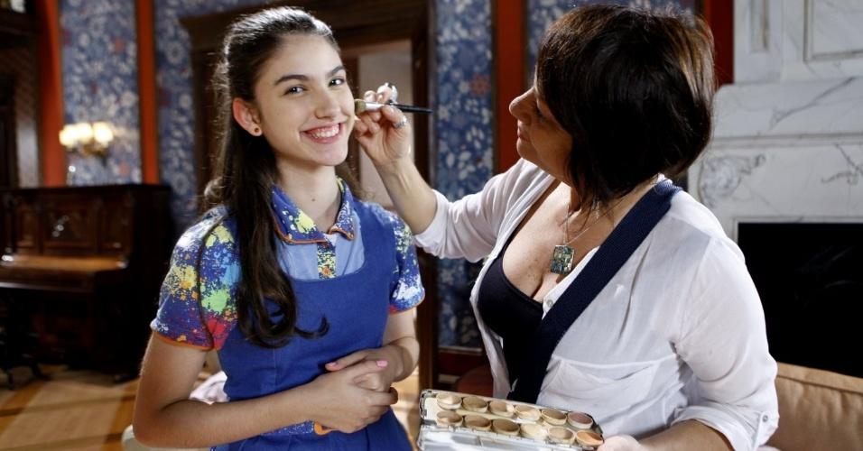 14.nov.2013 - A atriz Giovanna Grigio recebe os cuidados da equipe de maquiagem do SBT para gravar mais algumas cenas de