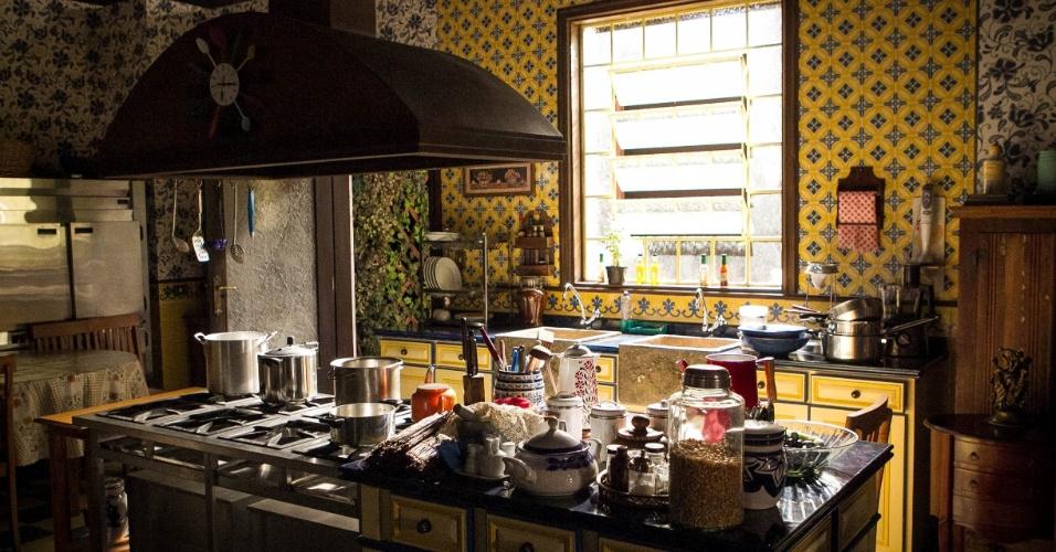 14.nov.2013 - A cozinha do mestre Chico (João Acaiabe) nos estúdios da novela