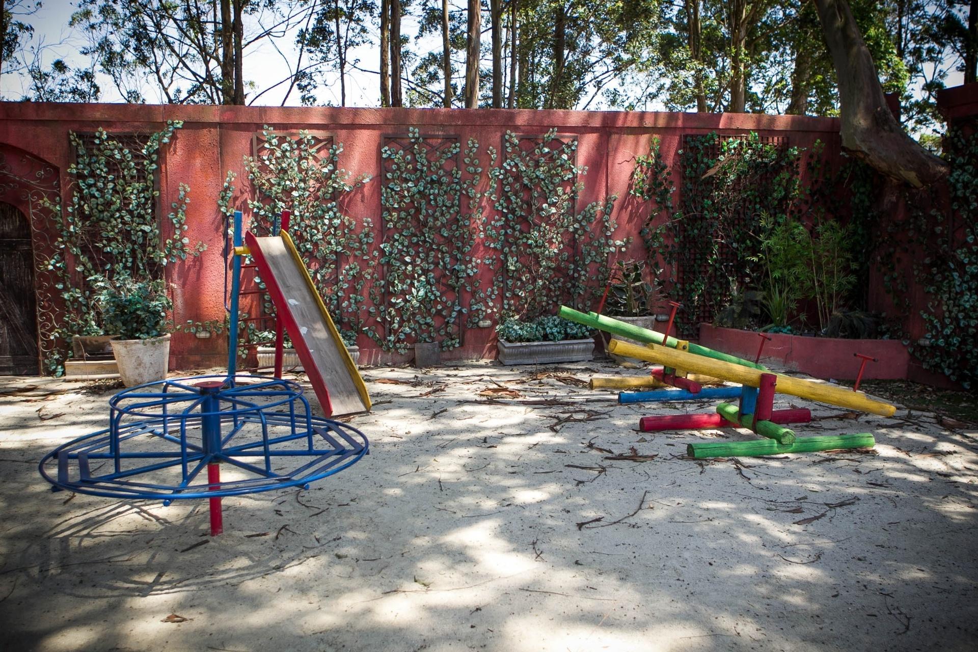 14.nov.2013 - Área externa do orfanato Raio de Luz, detalhe para o playground onde os órfãos costumam brincar e também pensar na vida