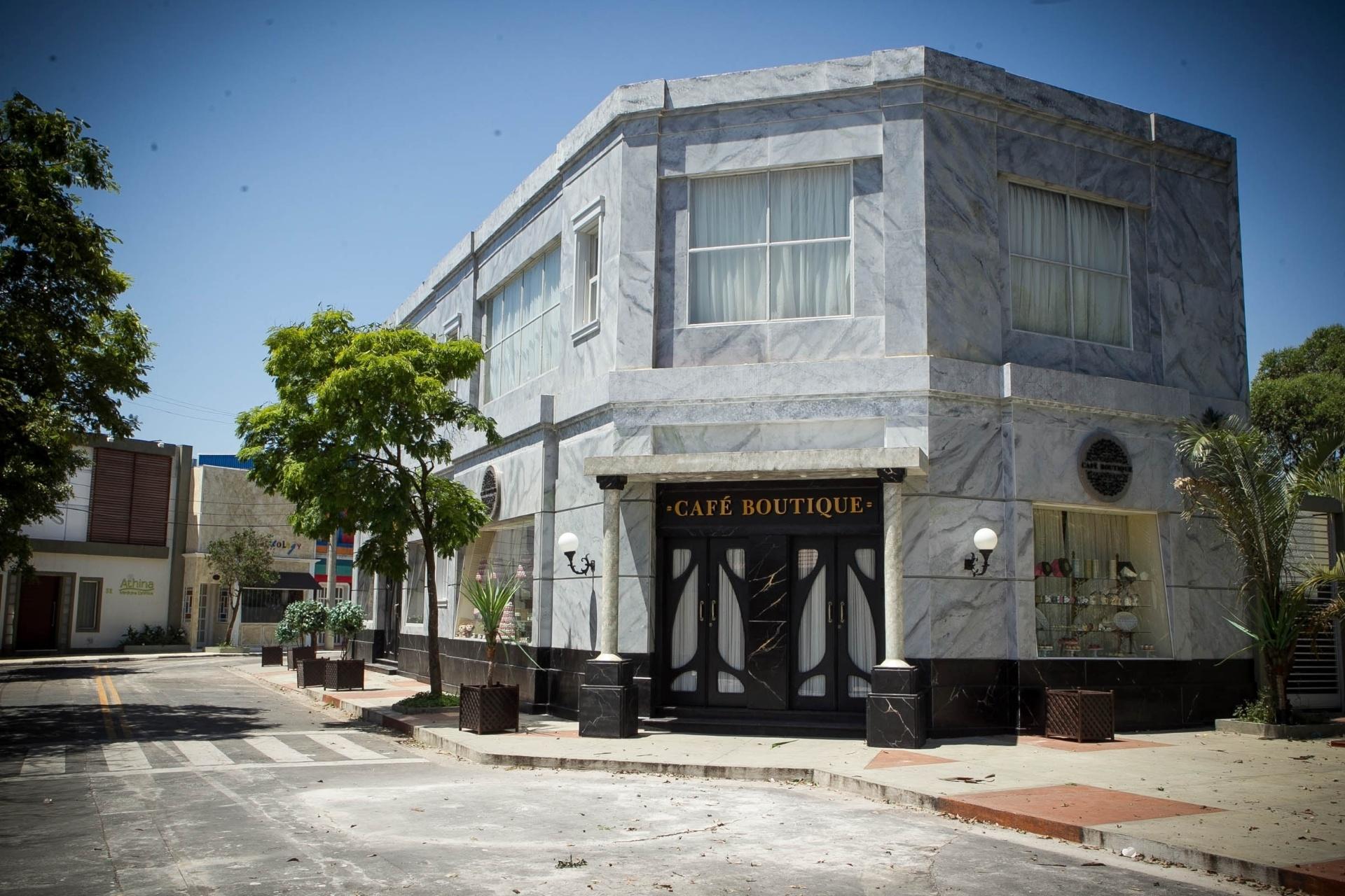 14.nov.2013 - Detalhe para o Café Boutique na cidade cenográfica de