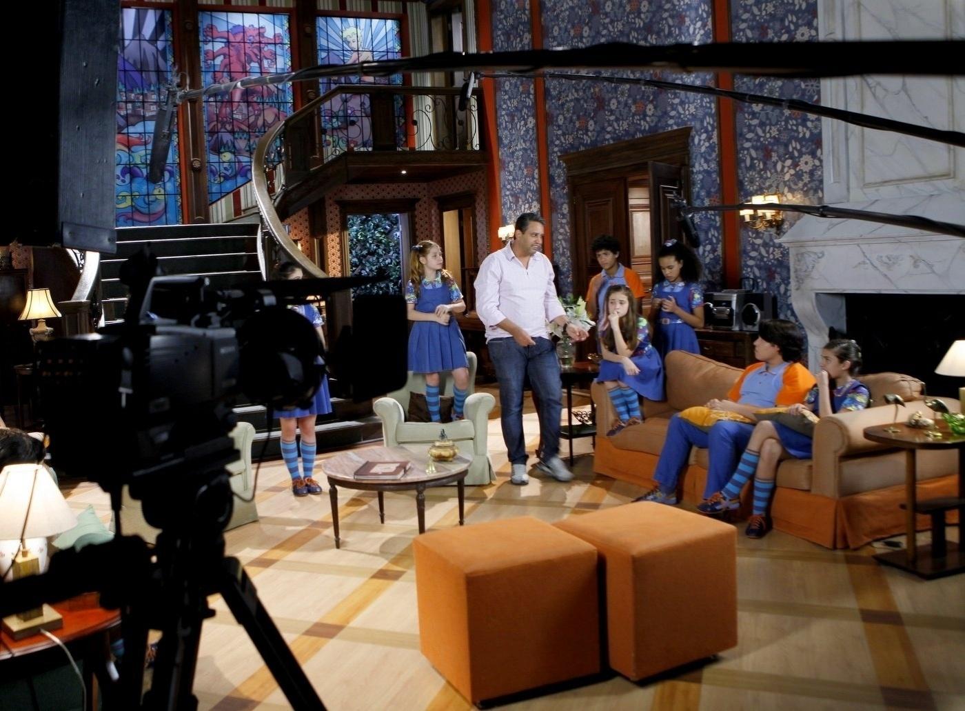 14.nov.2013 - Firme, Roberto Menezes dirige cenas do elenco de