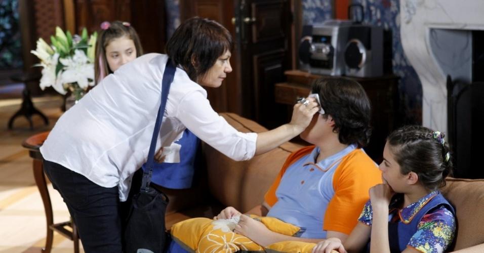 14.nov.2013 - O ator Filipe Cavalcante recebe os cuidados da equipe de maquiagem do SBT para gravar mais algumas cenas de