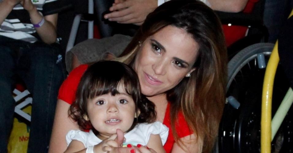21.nov.2013 - Grávida pela segunda vez, Wanessa Camargo visitou crianças em tratamento contra o câncer no Hospital do GRAACC, no bairro da Vila Clementino, em São Paulo. A cantora ficou apaixonada por uma menina e não se desgrudou da criança durante a visita