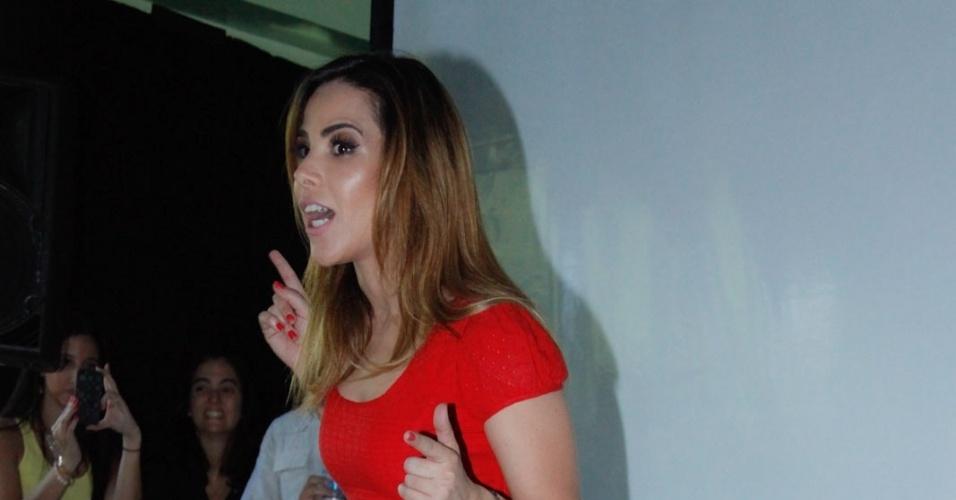 21.nov.2013 - Grávida pela segunda vez, Wanessa Camargo visitou crianças em tratamento contra o câncer no Hospital do GRAACC, no bairro da Vila Clementino, em São Paulo. A cantora optou por um vestido vermelho curto e mostrou que sua barriga ainda não cresceu