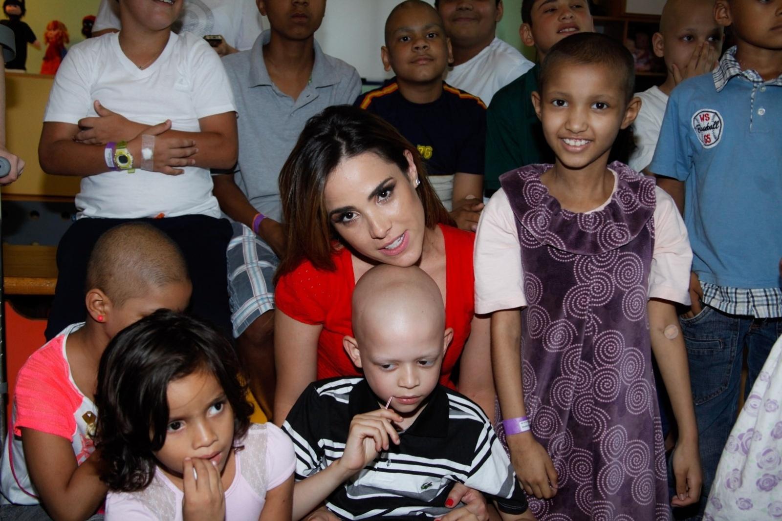 21.nov.2013 - Na manhã desta quinta, a cantora Wanessa Camargo, que está grávida pela segunda vez, visitou crianças em tratamento contra o câncer no Hospital do GRAACC, no bairro da Vila Clementino, em São Paulo