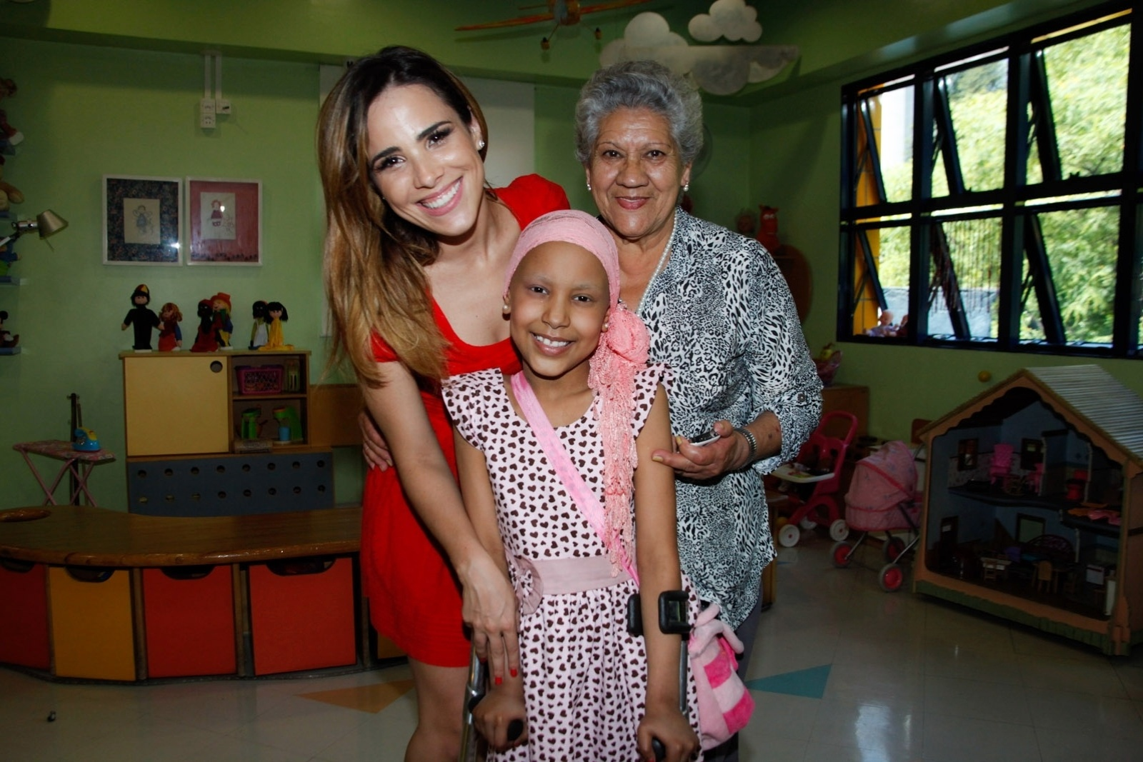 21.nov.2013 - Na manhã desta quinta, Wanessa Camargo, que está grávida pela segunda vez, visitou crianças em tratamento contra o câncer no Hospital do GRAACC, no bairro da Vila Clementino, em São Paulo. Durante a visita, a cantora posou para fotos com os pacientes