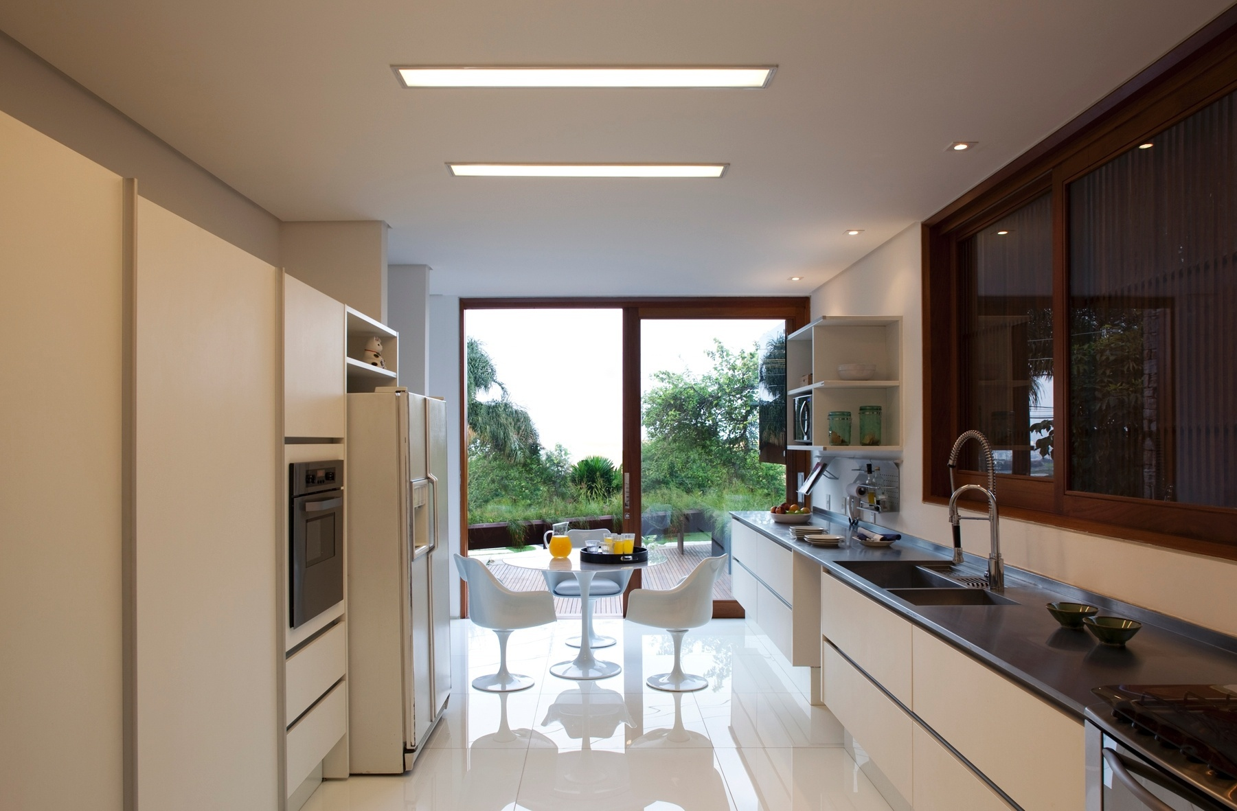 #2D201B com o meio externo por uma porta de vidro de correr. Do lado de  1801x1181 px Projetos De Cozinhas Externas Pequenas #565 imagens