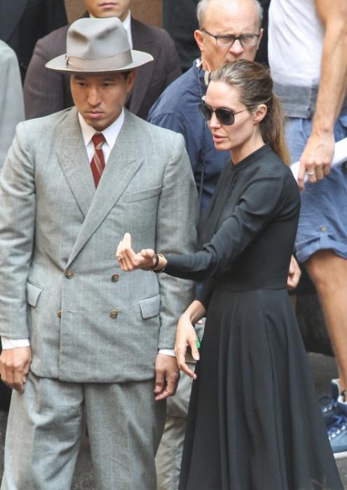 """21.nov.2013 - Angelina Jolie dirige seu novo filme """"Unbroken"""", em Sydney, na Austrália"""