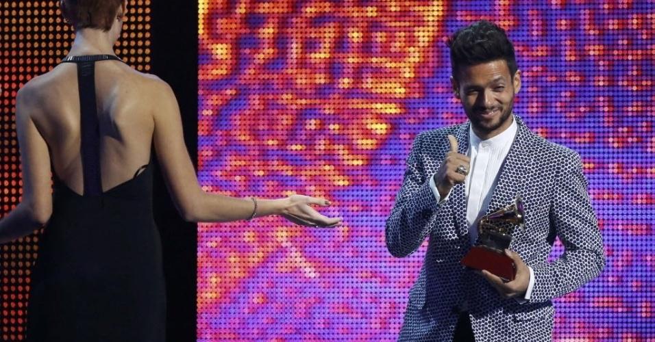 """21.nov.2013 - Draco Rosa recebe o prêmio de melhor álbum do ano por """"Vida"""" na 14ª edição dos Latin Grammy Awards em Las Vegas"""