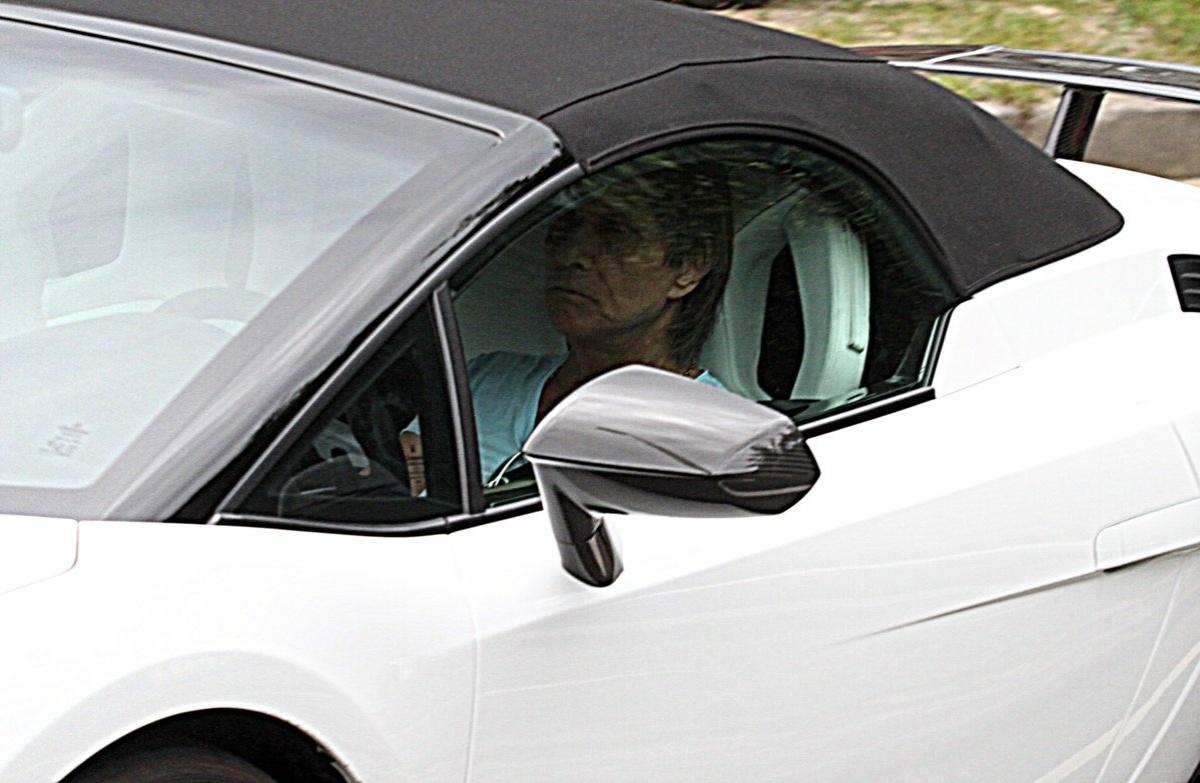 22.nov.2013 - Roberto Carlos desfila pelas ruas do Rio com seu carrão Lamborghini avaliado em R$ 1,5 milhão