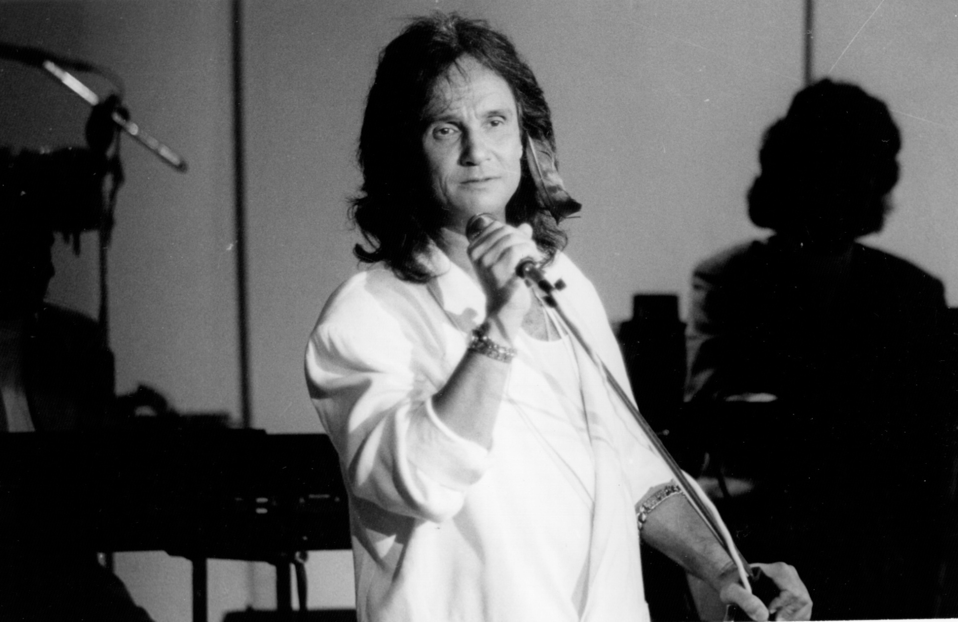 Com os cabelos longos, Roberto Carlos grava o especial de 1989