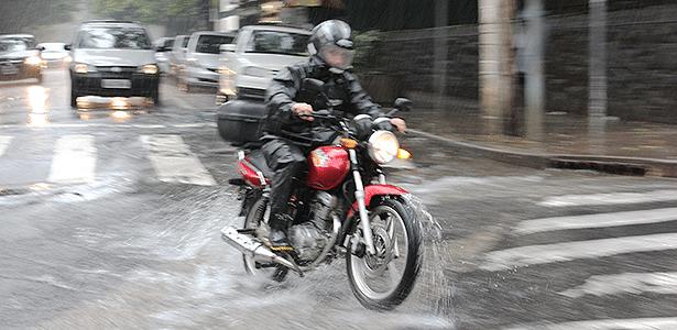 Cuidado: sob chuva, aderência cai, obstáculos se escondem e hábitos mudam