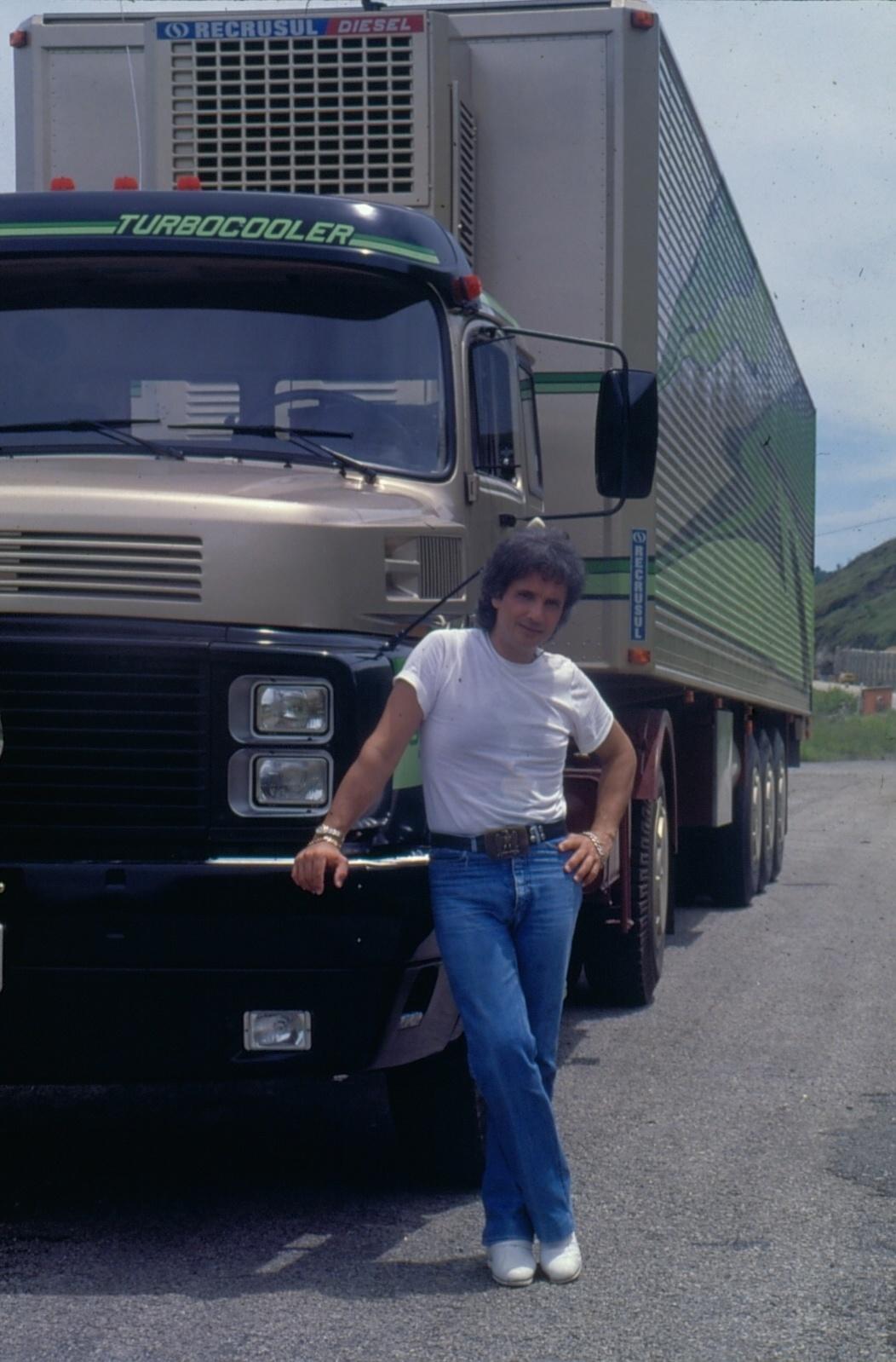 Roberto Carlos posa na frente de um caminhão no especial de 1984