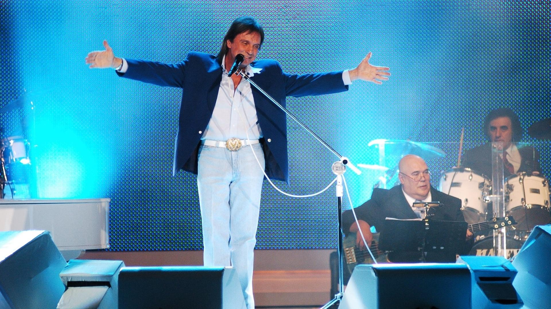 Roberto Carlos usa terno azul no especial de 2006